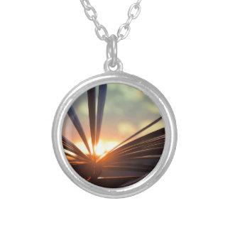 本および日没の写真撮影を開けて下さい シルバープレートネックレス