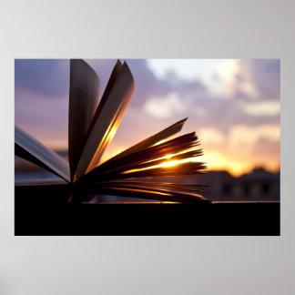 本および日没の写真撮影を開けて下さい ポスター