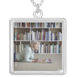 本だなによる老女の読書 シルバープレートネックレス