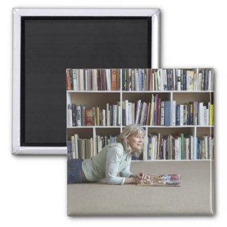本だなによる老女の読書 マグネット