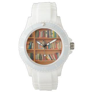 本だなの背景の本 腕時計