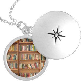 本だなの背景 シルバープレートネックレス