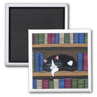 本だな猫の芸術の磁石で眠っているタキシード猫 マグネット