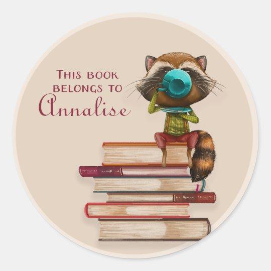 本の本の名札の積み重ねのアライグマ ラウンドシール