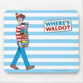 本の積み重ねを運んでいるWaldoがいるところ マウスパッド