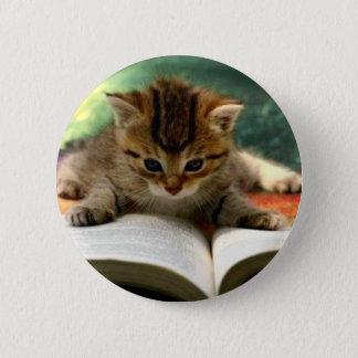 本を読んでいるかわいい子ネコ 5.7CM 丸型バッジ