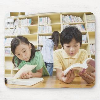 本を読んでいる小学校学生 マウスパッド