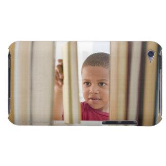 本を選んでいるアフリカ系アメリカ人の男の子 Case-Mate iPod TOUCH ケース