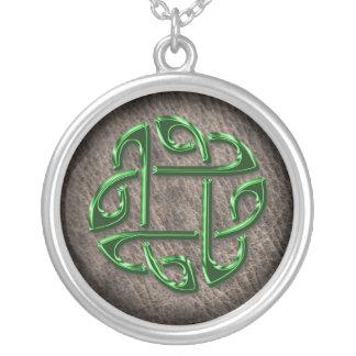 本革の緑のケルト結び目模様 シルバープレートネックレス
