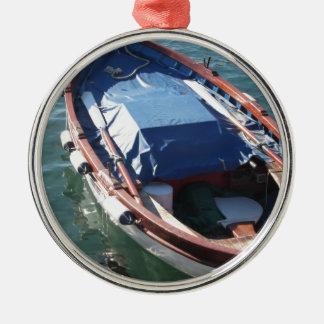 村の港で固定する木の漁船 メタルオーナメント