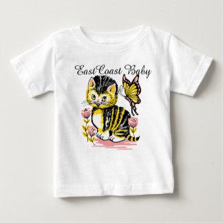 東海岸のベビーのかわいい子猫猫の蝶花 ベビーTシャツ