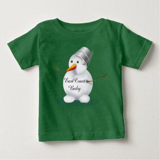 東海岸のベビーのかわいい雪だるまの緑 ベビーTシャツ