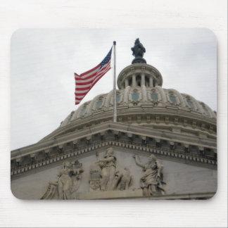 東米国旗が付いている米国の国会議事堂の建物- マウスパッド
