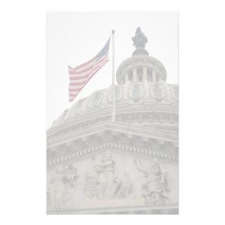 東米国旗が付いている米国の国会議事堂の建物- 便箋