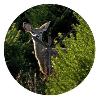 松の木の時計の若いシカ ラージ壁時計