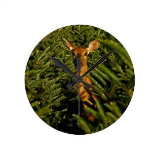 松の木の時計の雌ジカ ラウンド壁時計