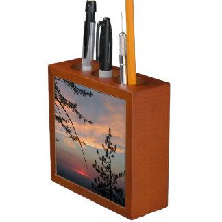 松の木の机のオルガナイザーの中のBeaautifulの日没 ペンスタンド