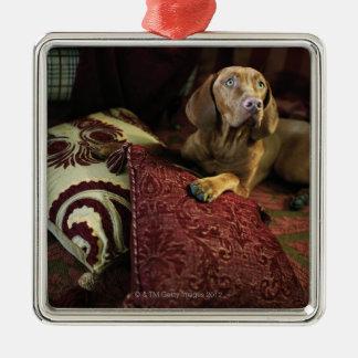 枕にあっている犬 メタルオーナメント