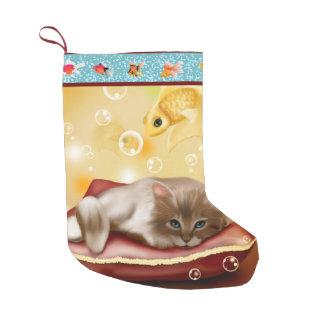 枕の柔らかく眠い子ネコが付いている金魚フレーム スモールクリスマスストッキング