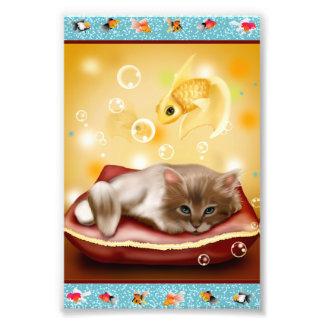 枕の柔らかく眠い子ネコが付いている金魚フレーム フォトプリント