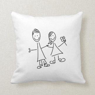 枕を引いている手に手をとって恋人のカップル クッション