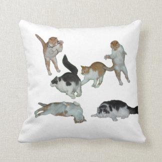 枕を遊んでいる多くの猫 クッション