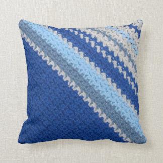 枕-かぎ針編みパターン-青い縞(斜め) クッション