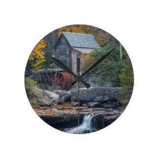 林間の空地の入り江2の歴史的な碾き割りの製造所 ラウンド壁時計