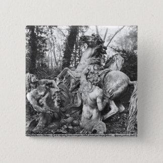果樹園の太陽の2頭の馬に手入れをするトリトン 5.1CM 正方形バッジ