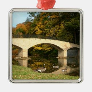 果樹園都市大学の秋の虹橋 シルバーカラー正方形オーナメント