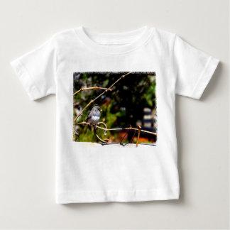 枝の暗目のユキヒメドリのすずめ ベビーTシャツ