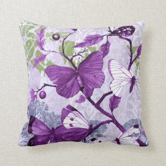 枝の紫色の蝶 クッション