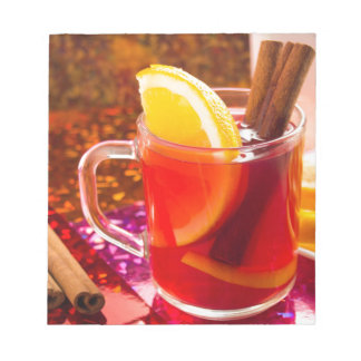 柑橘類およびシナモンが付いている透明なお茶 ノートパッド