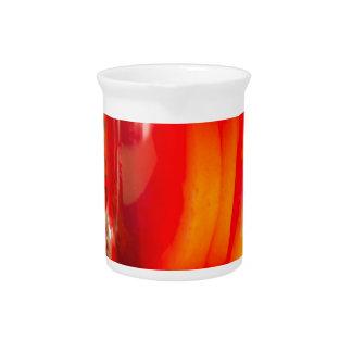 柑橘類によって検討されるワインが付いているガラスマグ ピッチャー