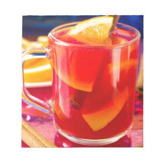 柑橘類によって検討されるワインが付いている透明なマグ ノートパッド