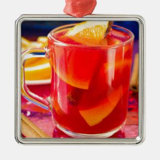 柑橘類によって検討されるワインが付いている透明なマグ メタルオーナメント