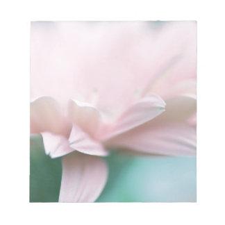 柔らかいピンクのガーベラのデイジー ノートパッド