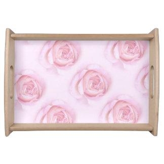 柔らかいピンクのバラと自然な大きいトレイ トレー