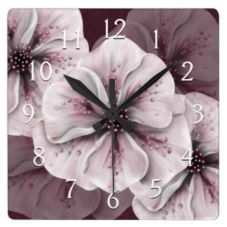 柔らかいピンクの花が付いているバーガンディ スクエア壁時計