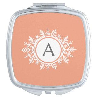 柔らかい珊瑚のピンクの華美で白い雪片のモノグラム