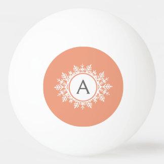 柔らかい珊瑚のピンクの華美で白い雪片のモノグラム 卓球ボール