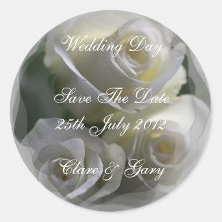 柔らかい白いバラの婚礼の日の日付のステッカー ラウンドシール