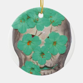 柔らかい緑がかった花が付いているスカル セラミックオーナメント