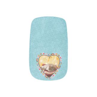 柔らかく眠い子ネコが付いているハートの金魚フレーム ネイルアート