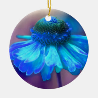 柔らかく青い《植物》百日草の花のオーナメント 陶器製丸型オーナメント