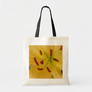 柔らかく、夢みるような黄色いユリ トートバッグ