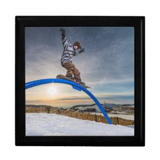 柵で滑っているスノーボーダー ギフトボックス