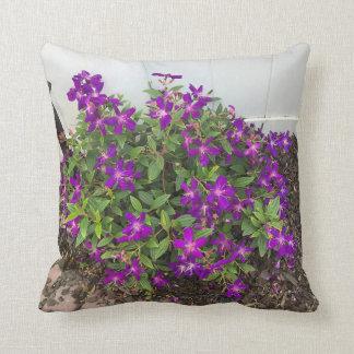 栄光のブッシュの紫色の花 クッション