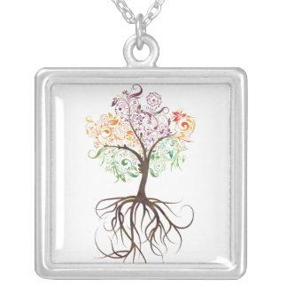根のネックレスが付いているカラフルな木 シルバープレートネックレス