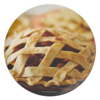 格子パターン皮が付いている新しいパイのクローズアップ プレート
